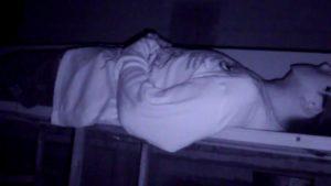 神社のベンチで横になるSKTのデンジャー