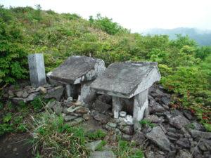 御霊櫃峠にある石の社1