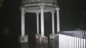 鹿児島県出水市の東光山公園にある使い方が分からないドーム状の屋根のオブジェ