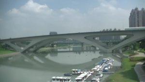 台湾の自殺スポットの吊橋から見える車が走る橋