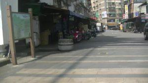台湾の自殺スポットの橋周辺の商店街