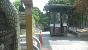台湾の自殺スポットの橋に設置されている詰所