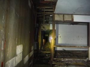 小川脳病院の広間から見た病棟の廊下