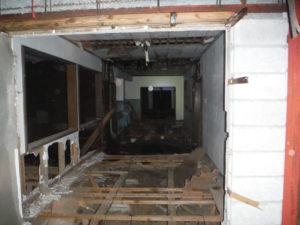 小川脳病院の鉄筋コンクリート部分の入口付近