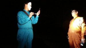 茨城県にある鬼怒川砂丘慰霊塔を訪れたSKTの2人