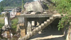 台湾にある造船所廃墟のどこにもつながってない階段を横から見た写真